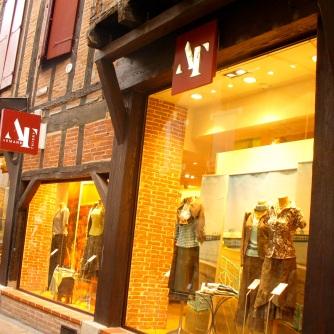 Zona circundante a la Cathédrale Sainte-Cécile con sus tiendas, galerías de arte y cafés.