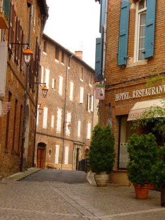 Calles medievales de Albi con sus edificios de ladrillos y madera.