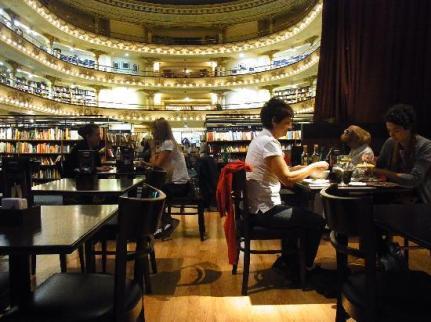 Cafe y libros, la combinación perfecta de la Ateneo Grand Splendid.