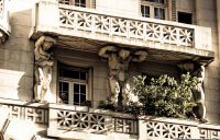 Detalle ornamentales del edificio, en este caso unos míticos atlantes que soportan los balcones.