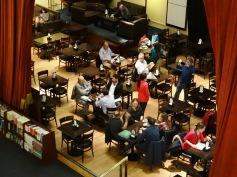 El café-bar ubicado en el escenario.