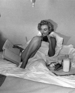 MM leyendo en la cama