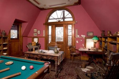 Mark Twain tenia su mesa de escribir en el salon de billar de su casa.