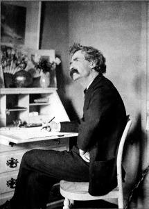 Mark Twain en su mesa de escribir.