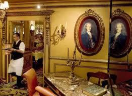 Salón del café El Procope de París, fundado en 1686, presidido por un famoso retrato de Voltaire con 24 años de Nicolas Largillière. DANIEL MORDZINKI
