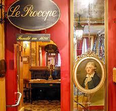 Fundado en 1686 por Francesco Procopio, pronto se convirtió en el centro de la vida intelectual de París.